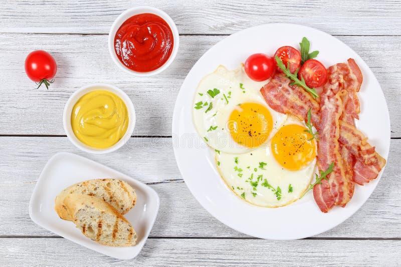 Sunny Side Up Eggs avec le lard croustillant photos libres de droits