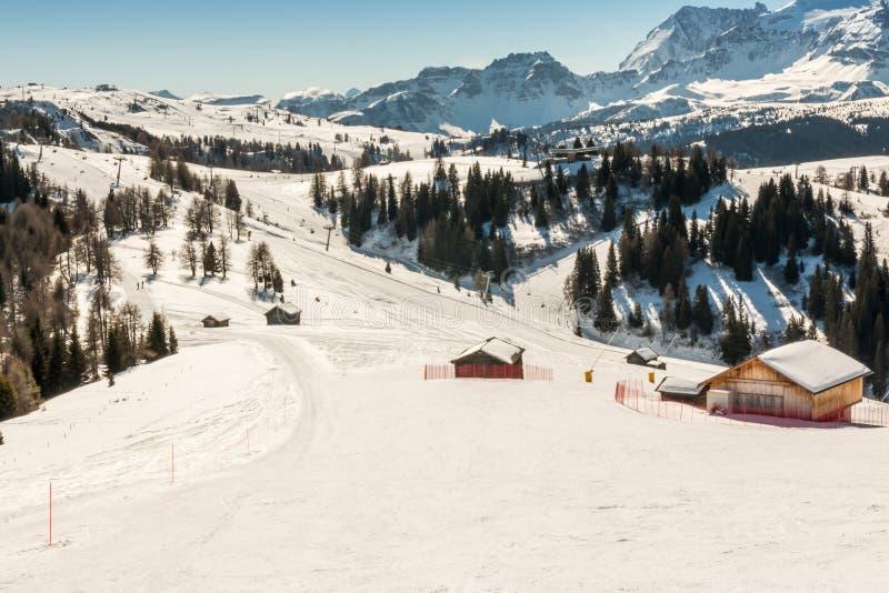 Sunny Ski Slope bij skitoevlucht stock foto's