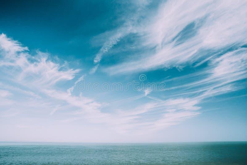 Sunny Sky Over Calm Water van Overzees of Oceaan Natuurlijke Achtergrond met zacht Blauwe Kleuren stock afbeelding