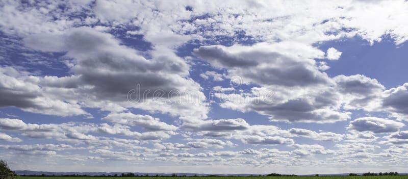 Sunny Sky y nubes fotografía de archivo