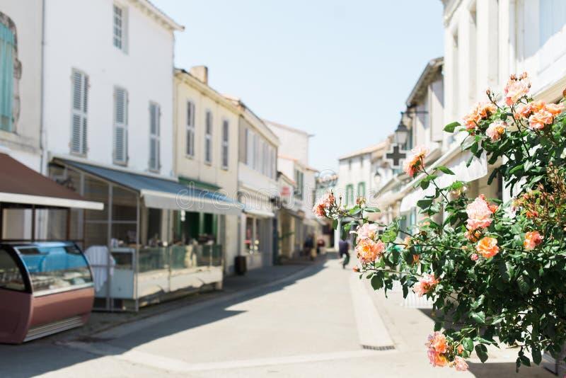 Sunny Street hermoso en un pueblo del día de fiesta fotografía de archivo