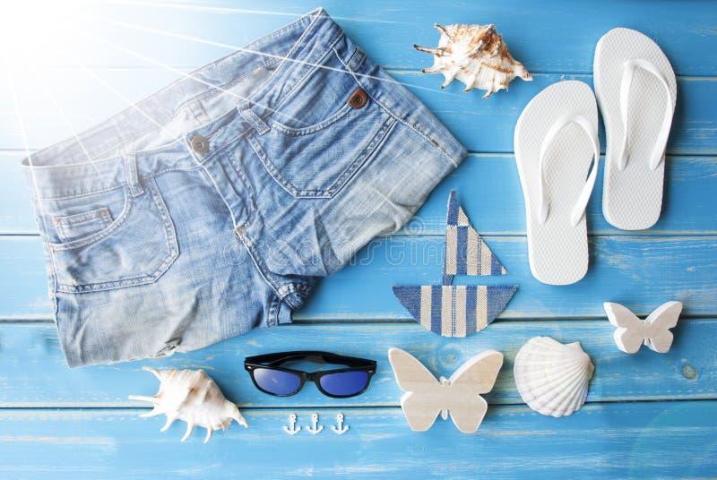 Sunny Summer Clothes And Decoration su fondo di legno fotografie stock