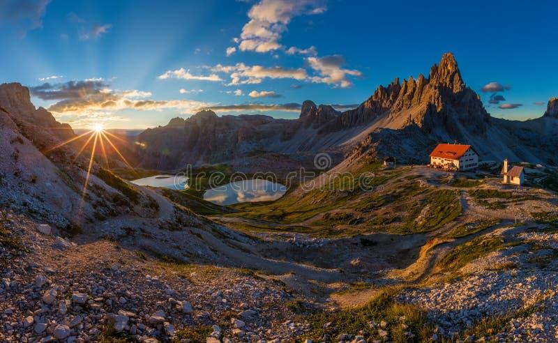 Sunraise bonito em Tre Cime di Lavaredo National Park, dolomites, Itália fotografia de stock royalty free