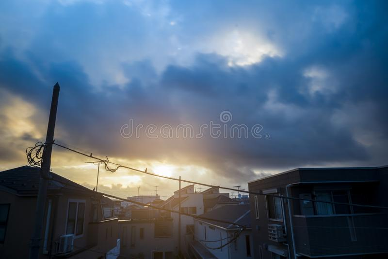 Sunray al mattino dopo la rottura delle nuvole di tuono Stagione dei tifoni Estate fotografia stock
