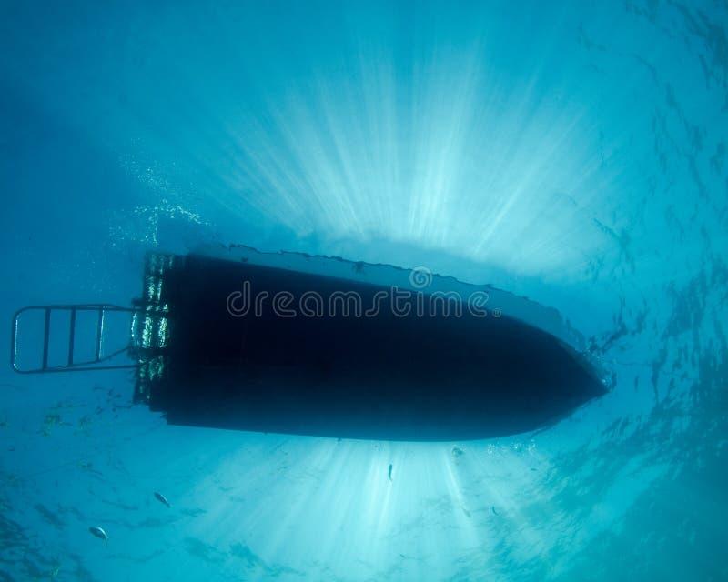 Sunrays πέρα από μια βάρκα κατάδυσης στη Φλώριδα στοκ εικόνες