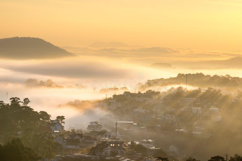 Sunrays на маленьком городе стоковое фото rf