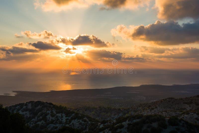 Sunrays солнца вечера за облаками на ландшафте побережья HDR Кипра стоковая фотография