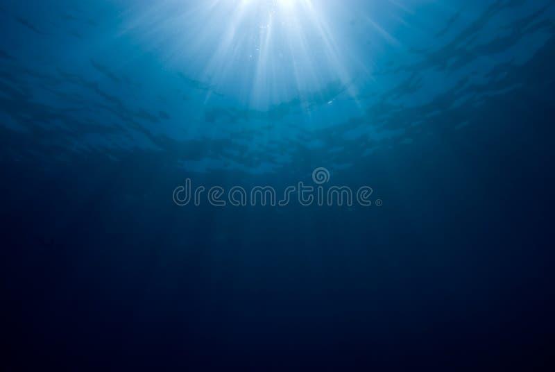 Sunrays que se rompen a través de la superficie del mar. fotos de archivo