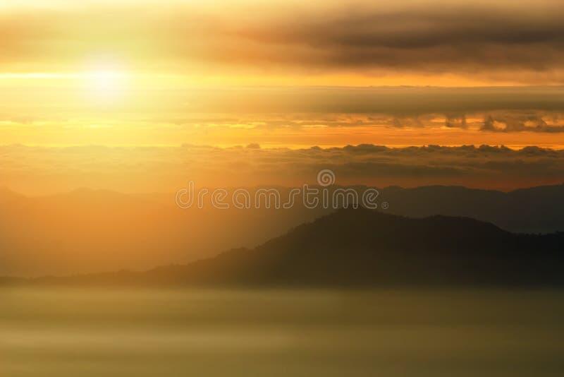 Sunriase con niebla, niebla y capa de nubes la montaña en el amanecer fotografía de archivo libre de regalías