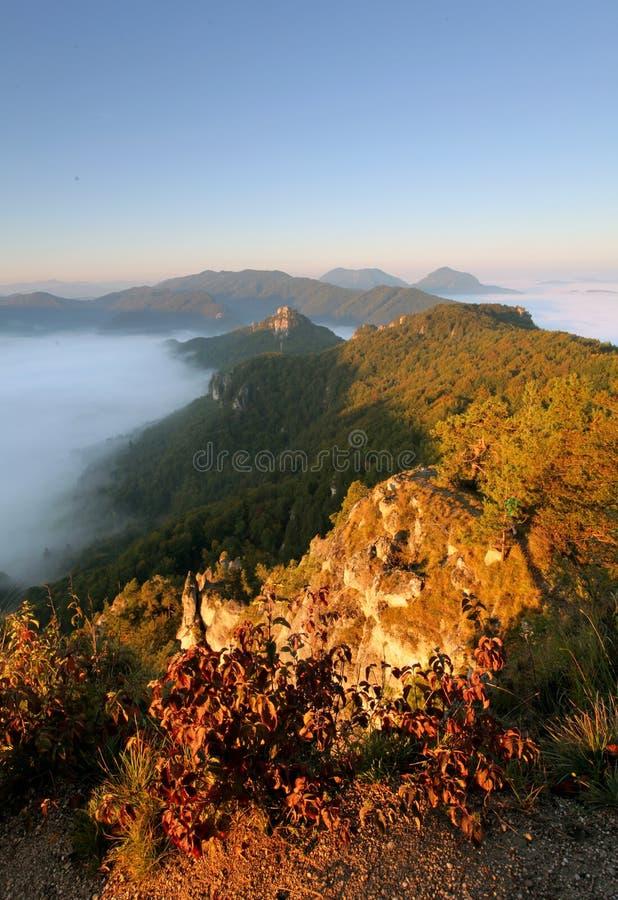 Sunrine-Herbstlandschaft in Slowakei-Felsen, Sulov stockbild