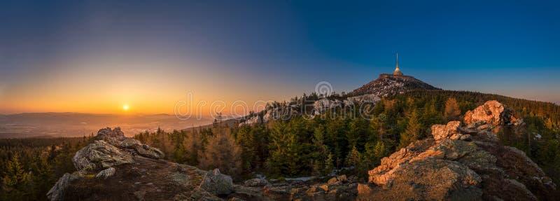 Sunrise över staden Liberec, Tjeckien Jested Visa från Virive-stenarna Jested Mountain Jizerske berg och royaltyfria bilder