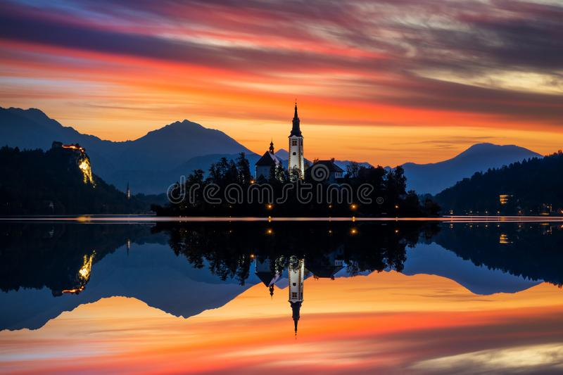 Sunrise on Bled Lake with Pilgrimage Church, Bled, Eslovenia, Europa foto de archivo