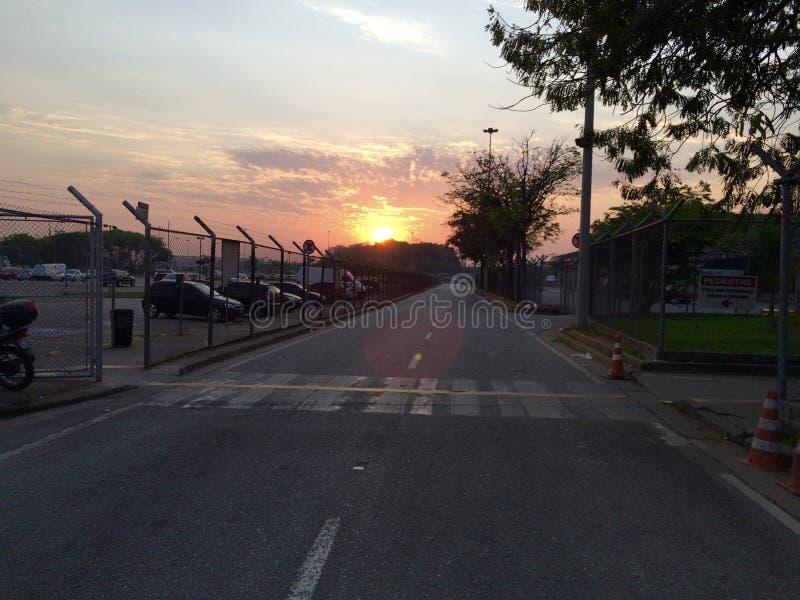 Sunrise em guarulhos, sp, brasil aeroporto internacional de guarulhos foto de stock