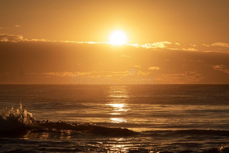 Sunrise met Wave Pop bij Avoca Beach NSW Australia royalty-vrije stock fotografie