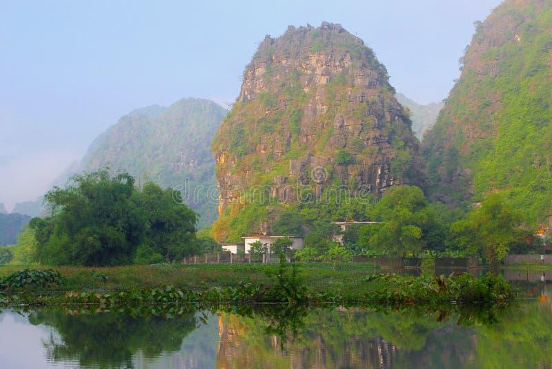 Sunrise See Karstberge, Ninh Binh, Trang, Vietnam lizenzfreies stockbild