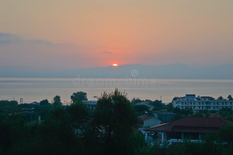 Sunrising над горами в утре стоковая фотография