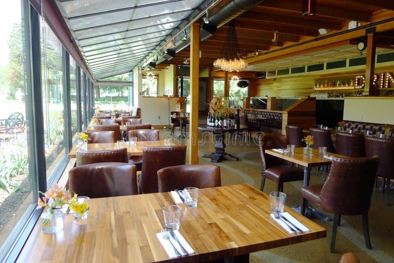 Sunroom предусматривал обеденные столы с взглядом патио стоковая фотография rf