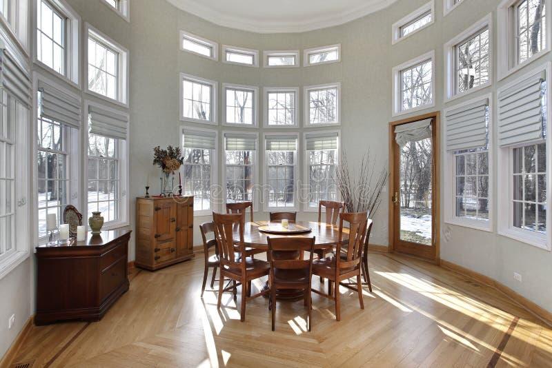 Sunroom con la parete delle finestre immagine stock libera da diritti
