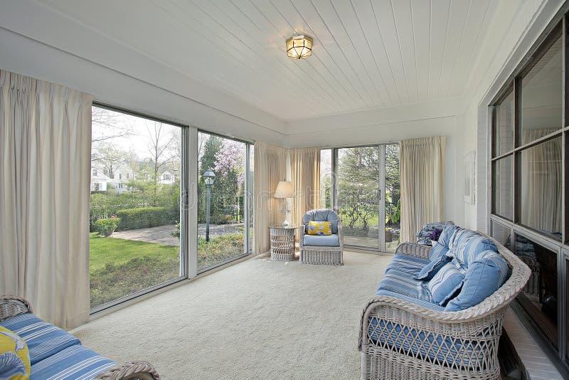 Sunroom con la vista del patio fotografia stock