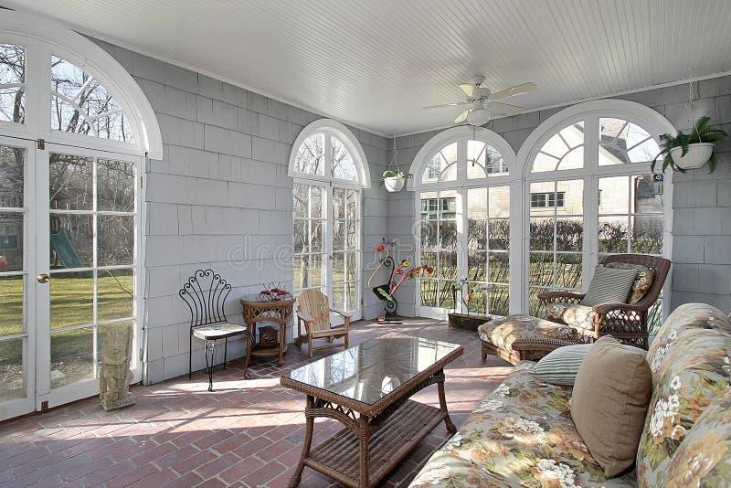 Sunroom con opiniones del patio trasero fotos de archivo libres de regalías