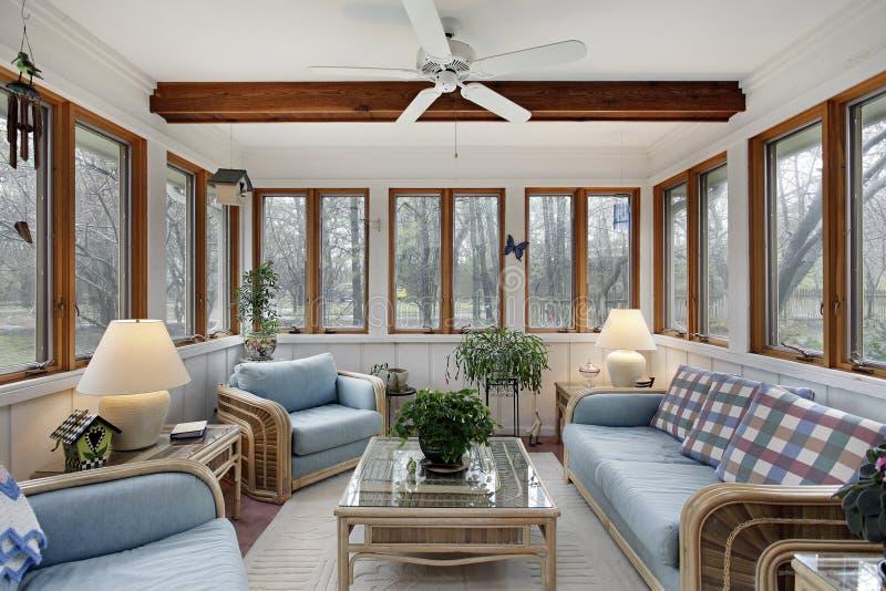 Sunroom med den wood takstrålen arkivfoto