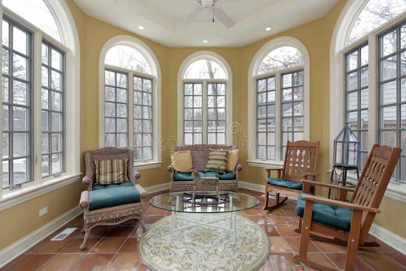 Sunroom med terraen - cottagolv royaltyfria bilder