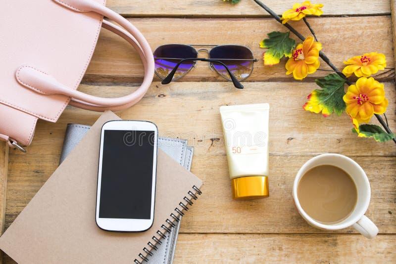 Sunscreen f?r framsida f?r heatlhomsorghud med tillbeh?r av livsstilkvinnan royaltyfria bilder