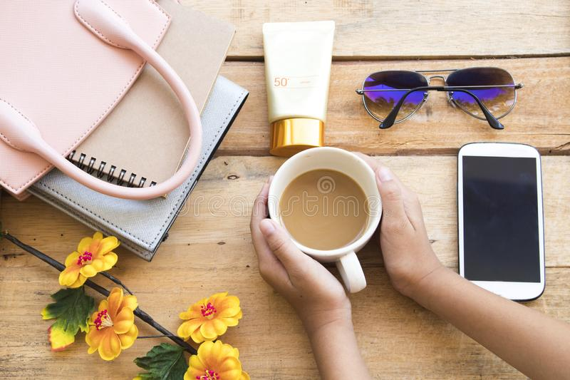 Sunscreen f?r framsida f?r heatlhomsorghud med tillbeh?r av livsstilkvinnan royaltyfri bild