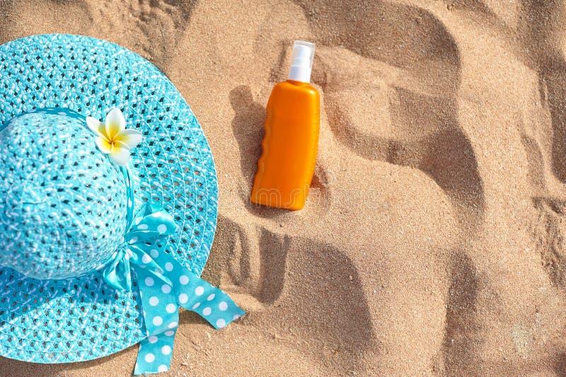 Sunscreen hatt på sanden, begrepp av sommarsemestern, ett optiskt med ett ställe för din text arkivfoto