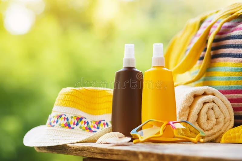 Sunscreen kosmetyczni i plażowi akcesoria obraz royalty free