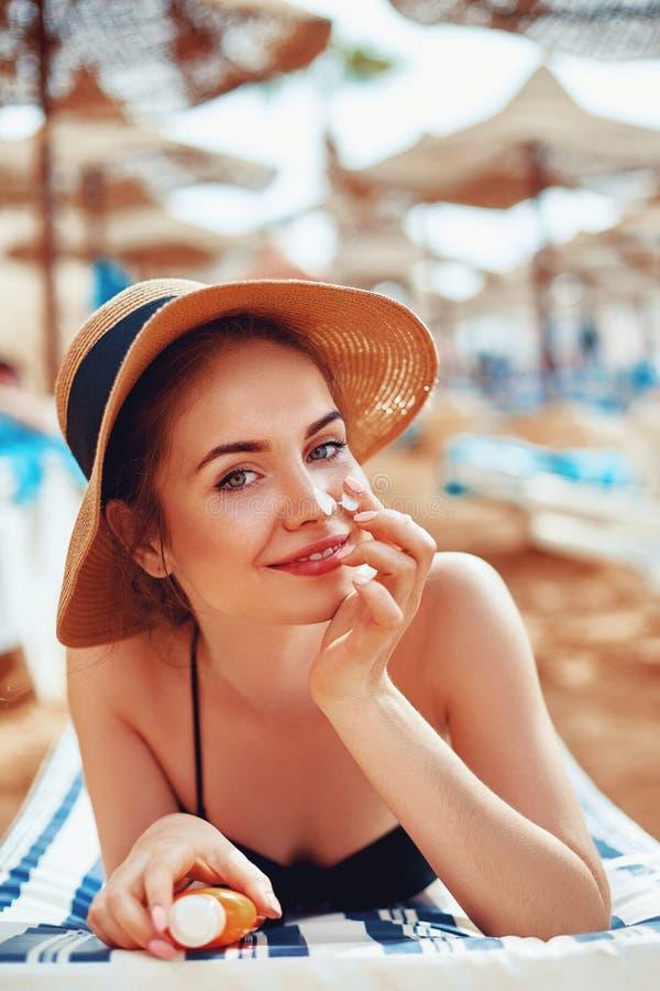 Sunscreen sunblock Γυναίκα που βάζει την ηλιακή κρέμα στη μύτη που χαμογελά την όμορφη θερινή ημέρα Skincare στοκ εικόνα