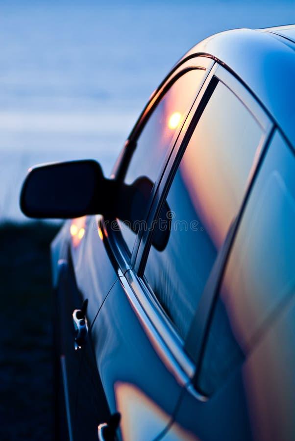 Sunse s'est reflété dans le véhicule images libres de droits