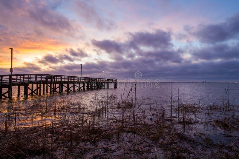 Sunset acima da baía móvel na costa do golfo do Alabama, em Janeiro de 2020 imagem de stock
