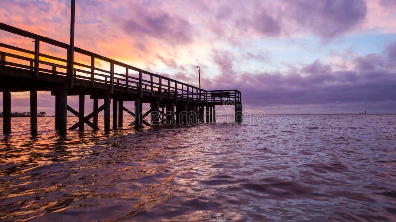 Sunset acima da baía móvel na costa do golfo do Alabama, em Janeiro de 2020 fotos de stock