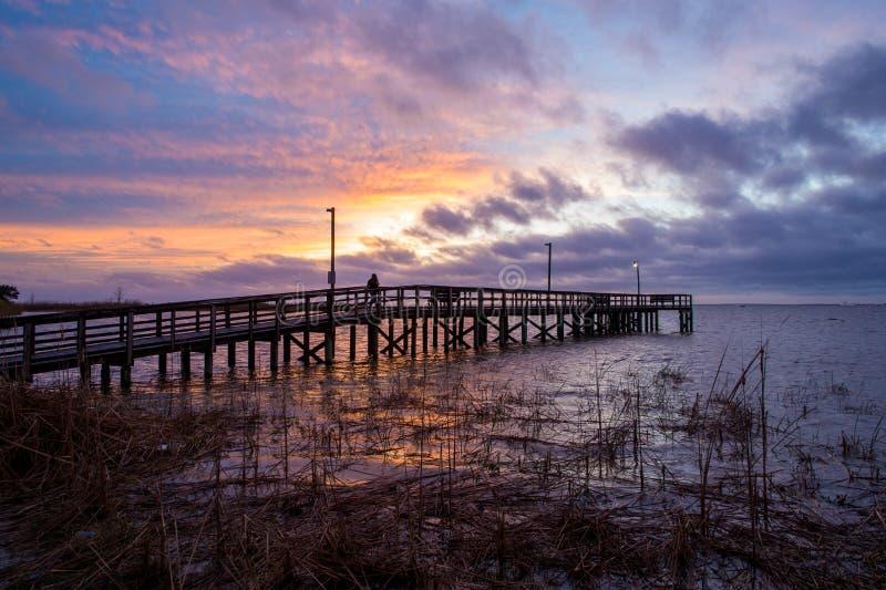 Sunset acima da baía móvel na costa do golfo do Alabama, em Janeiro de 2020 fotografia de stock royalty free