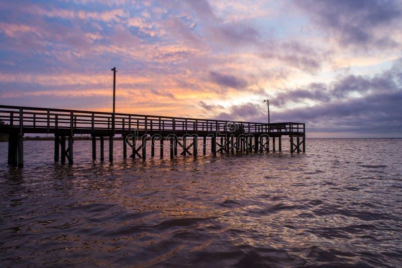 Sunset acima da baía móvel na costa do golfo do Alabama, em Janeiro de 2020 foto de stock royalty free