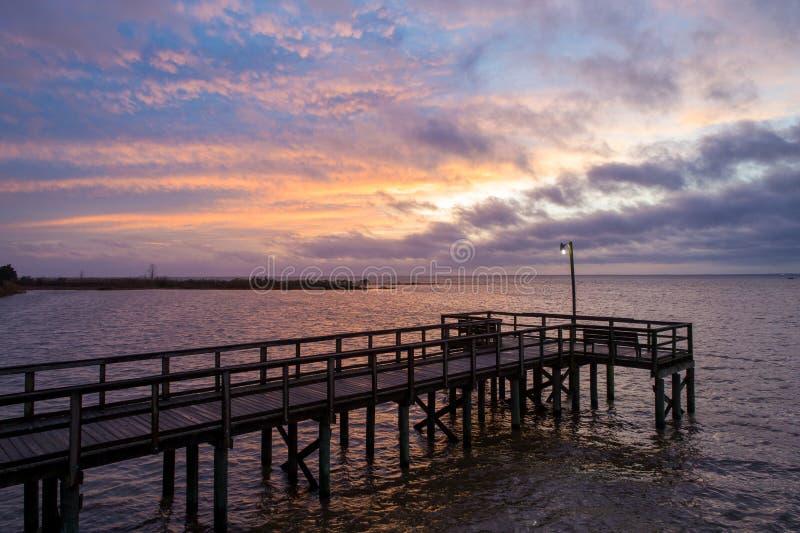 Sunset acima da baía móvel na costa do golfo do Alabama, em Janeiro de 2020 foto de stock