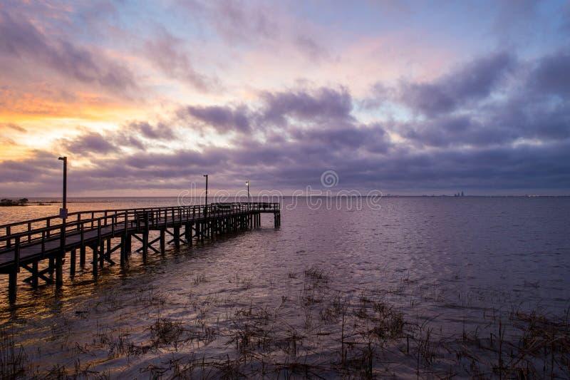 Sunset acima da baía móvel na costa do golfo do Alabama, em Janeiro de 2020 imagem de stock royalty free