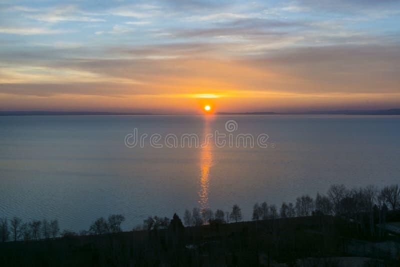 Sunset in Balaton op Balatonakarattya in de winter royalty-vrije stock afbeeldingen
