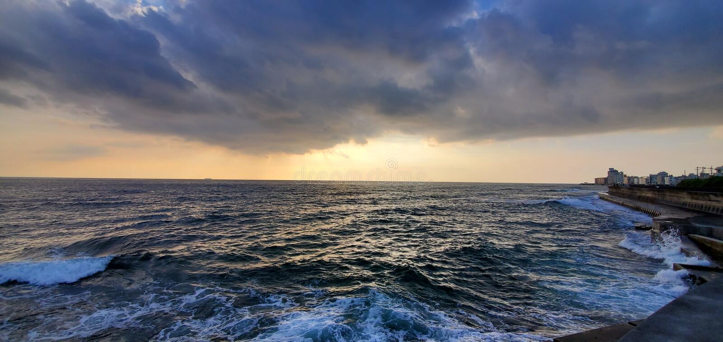 Sunset Beach in Okinawa Japan met rotsachtige oever en troebele lucht royalty-vrije stock foto
