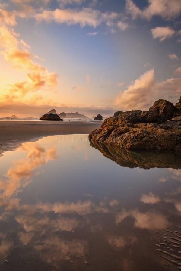 Sunset na bela praia do norte da Califórnia foto de stock royalty free