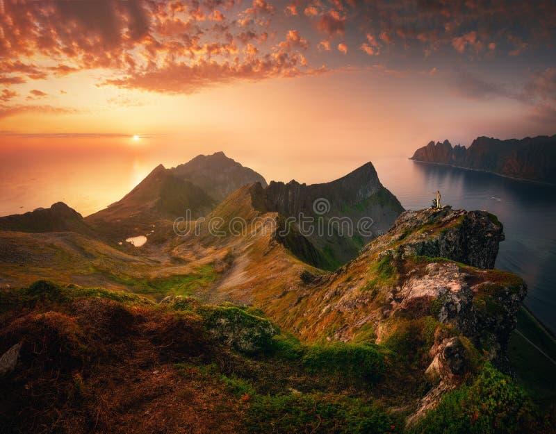 Sunset na ilha de Senja, Noruega fotografia de stock
