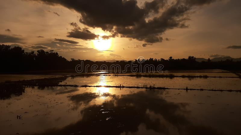 Sunset no local de chiangmai thailândia foto de stock