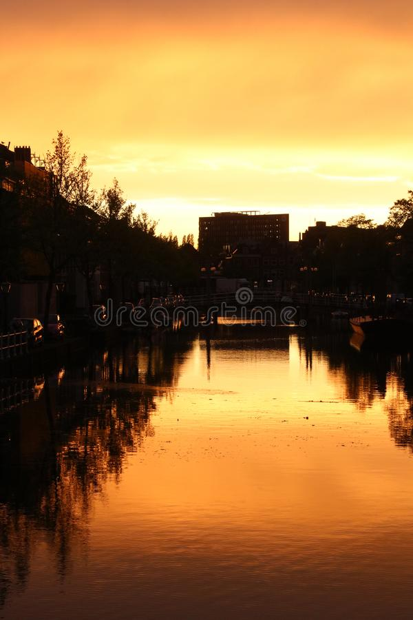 Sunset over het kanaal in Leiden, Nederland stock foto