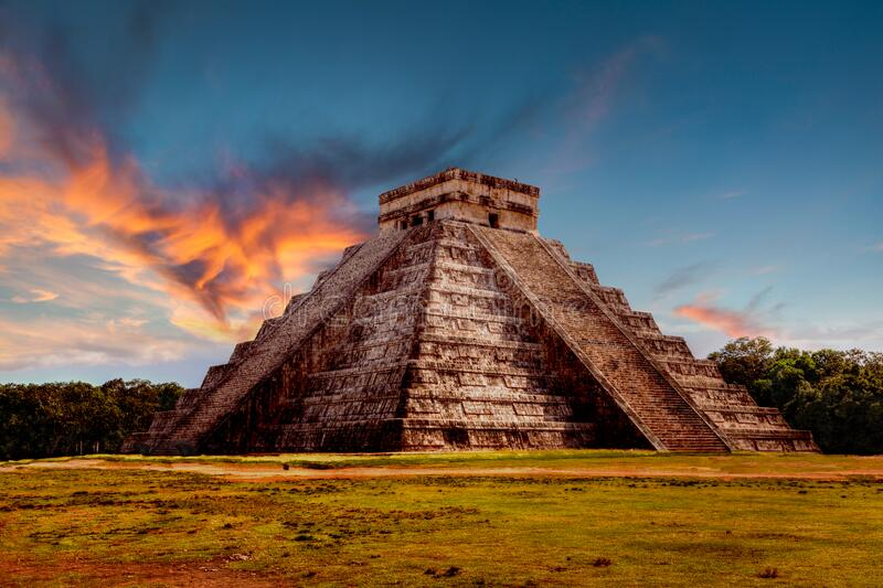 Sunset Over Kukulcan Pyramid in Chichen Itza, Mexico royalty-vrije stock fotografie