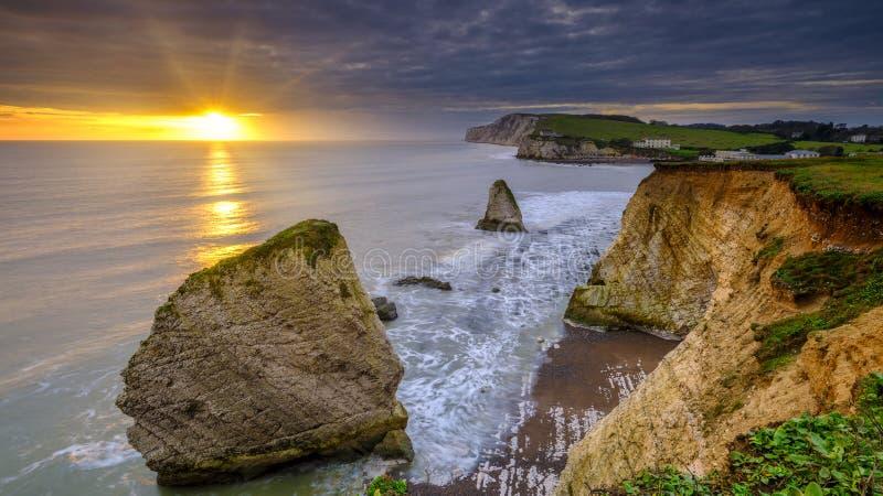 Sunset sobre Baía de Freshwater em direção ao Monumento de Tennyson, Ilha de Peso fotos de stock royalty free