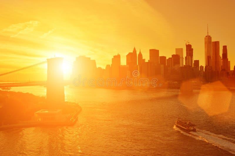 Sunset sobre Manhattan imagem de stock