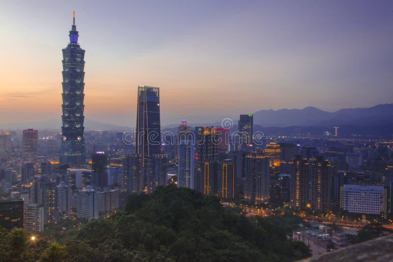 Sunset View of the Brighly Lit Cityline of Taipei, Taiwan royaltyfria bilder