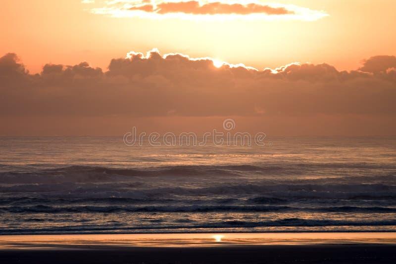 Sunsetbeach, lumineux, nuages, côte, lueur, nature, océan, orange, Orégon, Pacifique, positionnement, rivage, le soleil, W photos stock