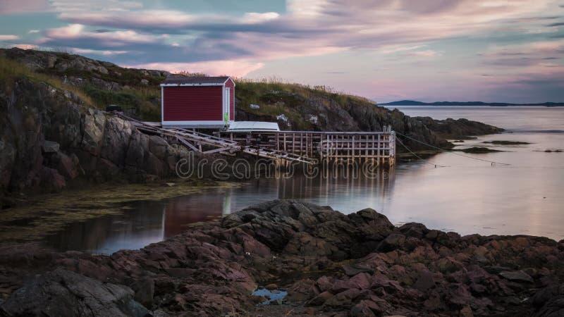 Sunseting au-dessus des étapes de pêche photo stock